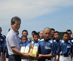 南原スポーツ公園野球場にて、トレーニング前には歓迎セレモニーがおこなわれ 山下奉也町長より歓迎のあいさつと、 八丈町より歓迎品『パッションフルーツジュース』が贈呈されました。