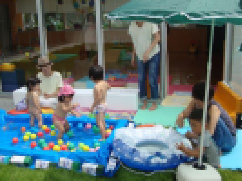 子ども家庭支援センター 初の中庭で水遊び!