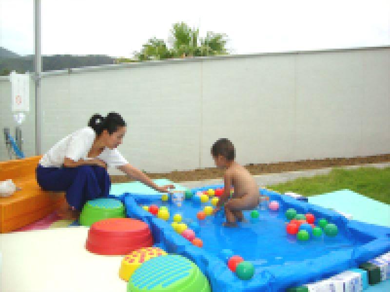 子ども家庭支援センター 8/25催し「中庭で水遊び」
